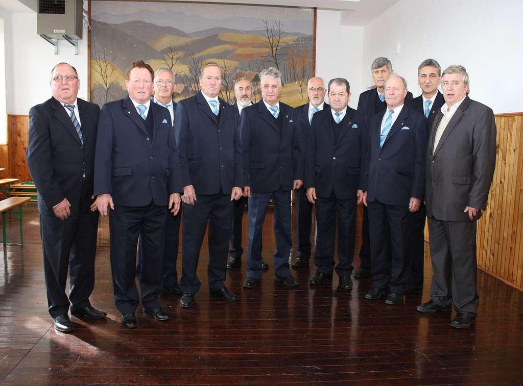 6 Moški pevski zbor Sromlje pod vodstvom Vinka Žerjava je zapel himno Le naprej odred Kozjanski
